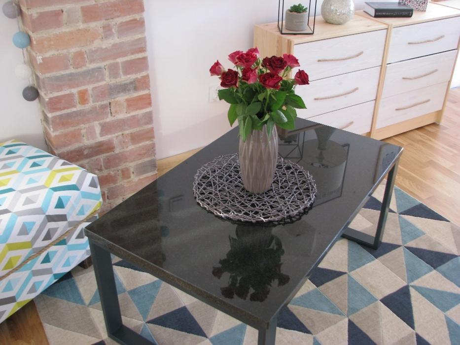 Błyszczący stolik z kamienia w salonie w Zielonej Górze