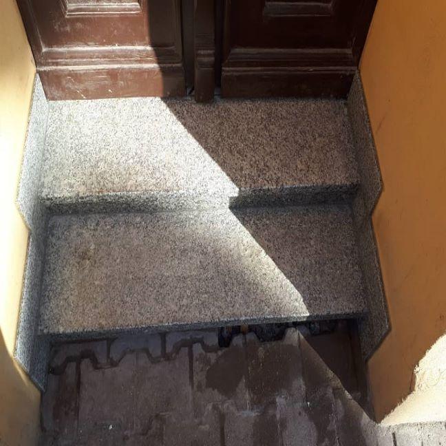 Małe schody wejściowe z kamienia